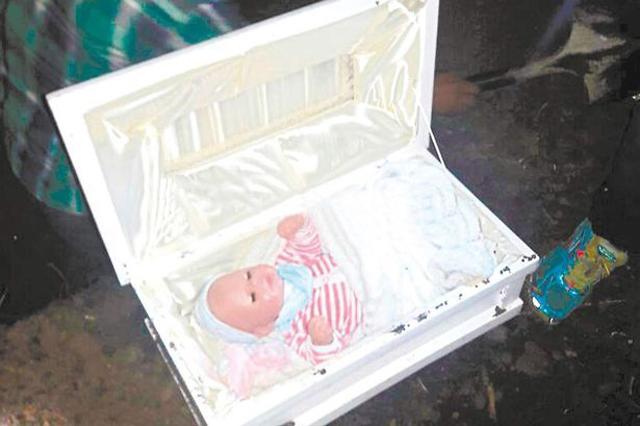 Mở quan tài của đứa con chết yểu sau đám tang, chàng trai phát hiện sự thật ngỡ ngàng