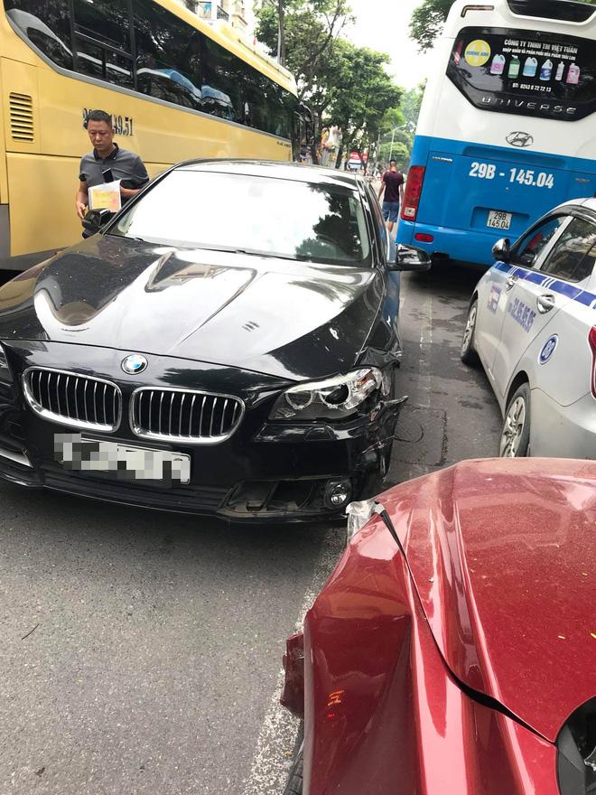 Hà Nội: Hai xế hộp đọ xem đầu ai cứng hơn giữa phố, kết quả BMW 1 - 0 Mazda