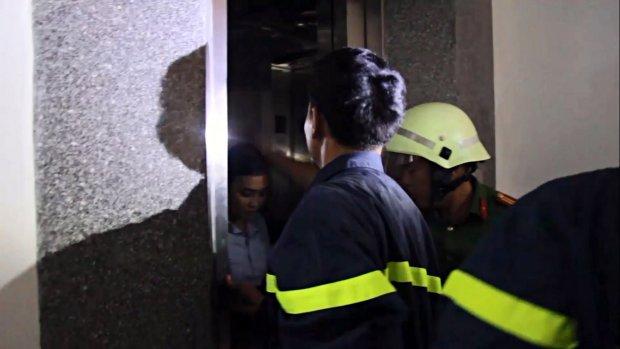 Cứu cô gái hoảng loạn vì bị mắc kẹt trong thang máy giữa tầng 5