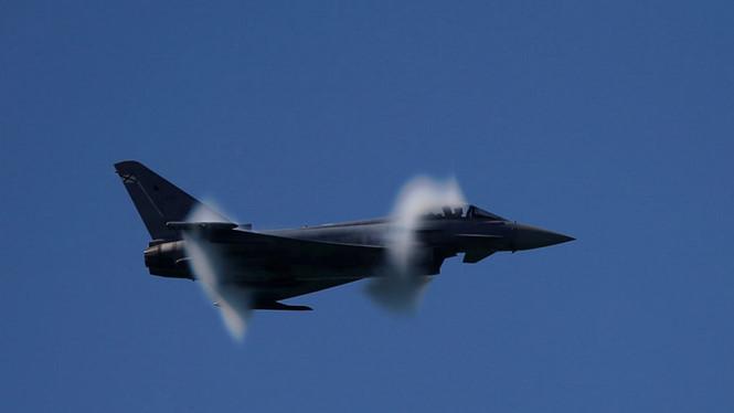 Phi công lỡ tay phóng tên lửa khi đang diễn tập