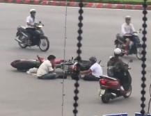 Hai tài xế ngồi trên đường tâm sự sau va chạm giao thông