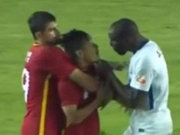 Cầu thủ Trung Quốc trả giá đắt sau vụ phân biệt chủng tộc Demba Ba