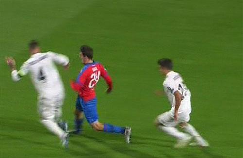 Ramos không nhận thẻ dù đánh đối thủ chảy máu đầm đìa