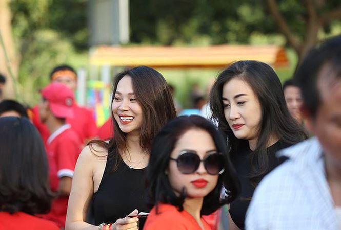 Những bóng hồng xinh đẹp tiếp lửa cho tuyển Việt Nam