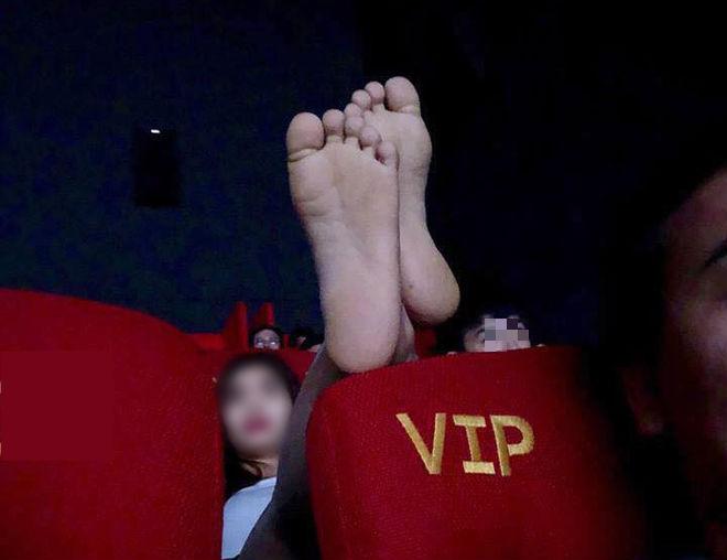 Chàng trai có trải nghiệm kinh hoàng ở rạp chiếu phim vì hành động của đôi tình nhân