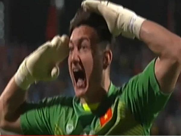 Nghẹn ngào khoảnh khắc Đặng Văn Lâm ăn mừng bàn thắng của Anh Đức
