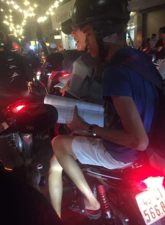 Nỗi lòng của sinh viên khi mùa thi lại trùng AFF Cup: Mang cả máy tính, sách vở theo để học nhưng không quên hô vang Việt Nam chiến thắng
