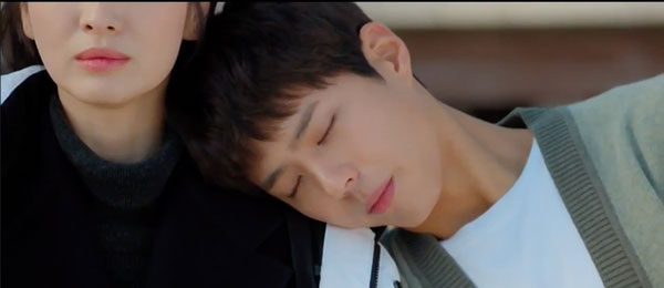 Mải mê ngắm trai trẻ, Song Hye Kyo tự gây tai nạn - 1