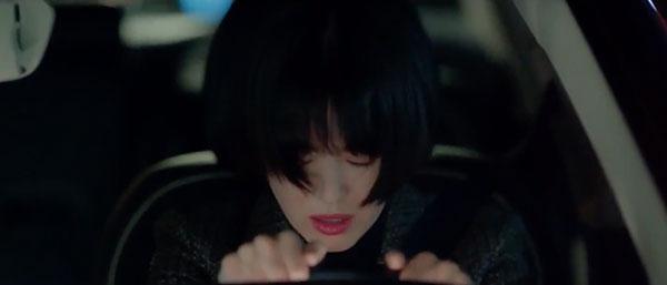 Mải mê ngắm trai trẻ, Song Hye Kyo tự gây tai nạn - 3