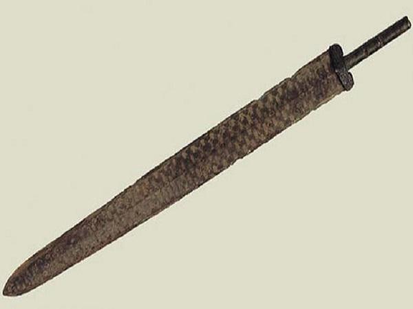 Nông dân Trung Quốc sửng sốt khi biết con dao dùng làm bếp lâu nay lại là 1 thanh kiếm cổ 3000 năm tuổi
