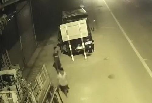 Hai thiếu niên 13 tuổi trộm xe tải, gây tai nạn khi tẩu thoát