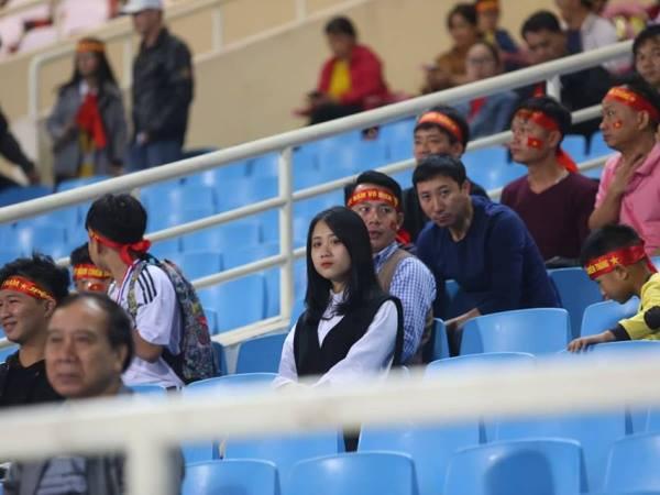 Sự vắng vẻ hiếm thấy trên sân Mỹ Đình trước giờ ra sân của đội tuyển Việt Nam gặp Triều Tiên
