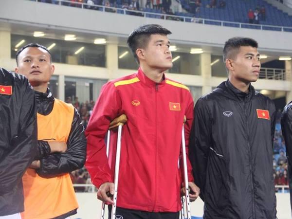Xúc động hình ảnh Lục Xuân Hưng chống nạng đến sân 'tiếp lửa' cho đồng đội