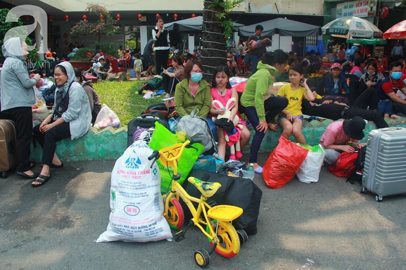 TP.HCM: Người dân mệt mỏi chen chúc nhau về quê nghỉ Tết, các bến xe, nhà ga chật kín người