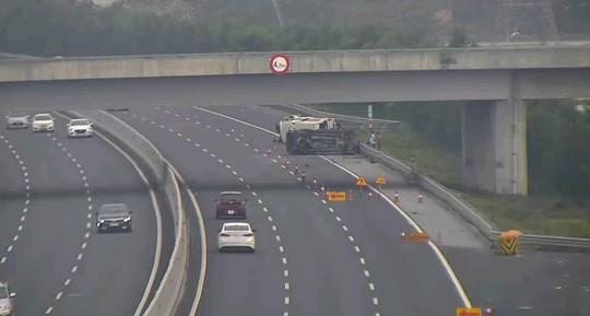 2 ô tô lật nghiêng trên cao tốc Hà Nội-Hải Phòng, 5 người bị thương