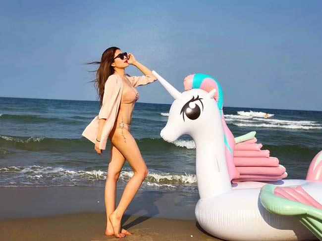Elly Trần, Hân hoa hậu... làm nóng ngày đầu Xuân với ảnh nội y, bikini bốc lửa