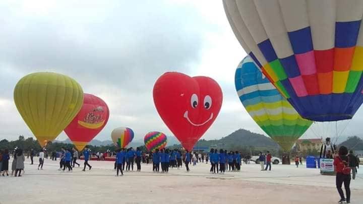 Lễ Valentine, giới trẻ chụp ảnh cưới, thể hiện tình yêu trên khinh khí cầu