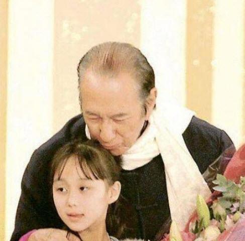 Kém bố 78 tuổi, bé gái này sinh ra đã có hàng trăm tỷ, lớn lên cực xinh đẹp