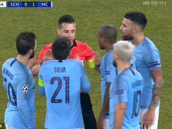 Trận Schalke vs Man City liên tục gây tranh cãi vì VAR