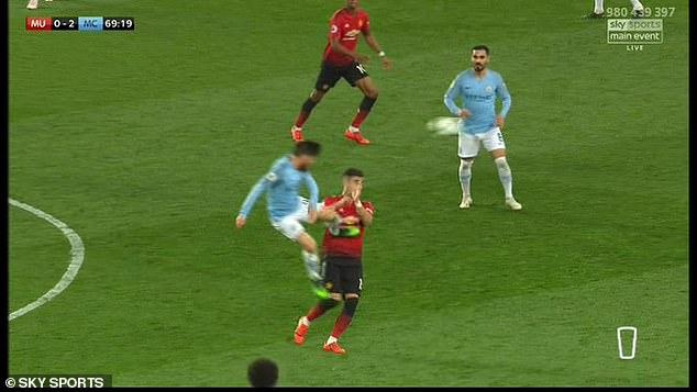 David Silva xứng đáng nhận thẻ đỏ sau cú kungfu vào ngực cầu thủ MU