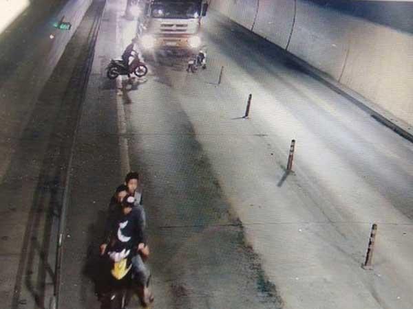Nhóm thanh niên cầm rựa chặn đầu ôtô tải trong hầm Phước Tượng