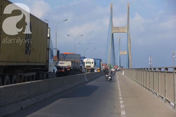 Mưa vàng giải nhiệt Sài Gòn sau nhiều tháng nắng gắt, đường trơn trượt gây tai nạn giao thông làm ùn tắc kéo dài