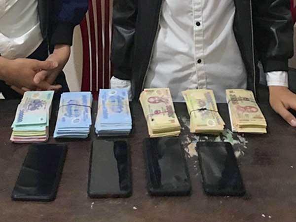 Đạo chích nhí mua điện thoại bằng tiền ăn trộm hòm công đức