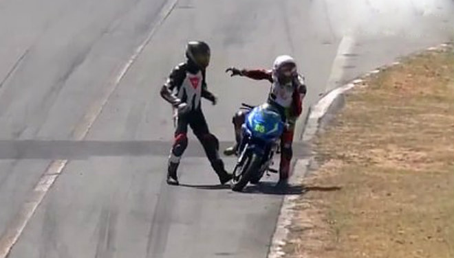 Va chạm trên đường đua, tay lái đấm đối thủ ngã lăn