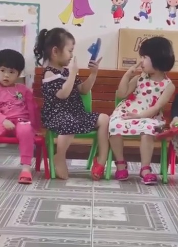Clip cute siêu cấp: 2 bé gái bắt chước người lớn tạo dáng selfie, chụp ảnh cho nhau bằng smartphone là... chiếc dép