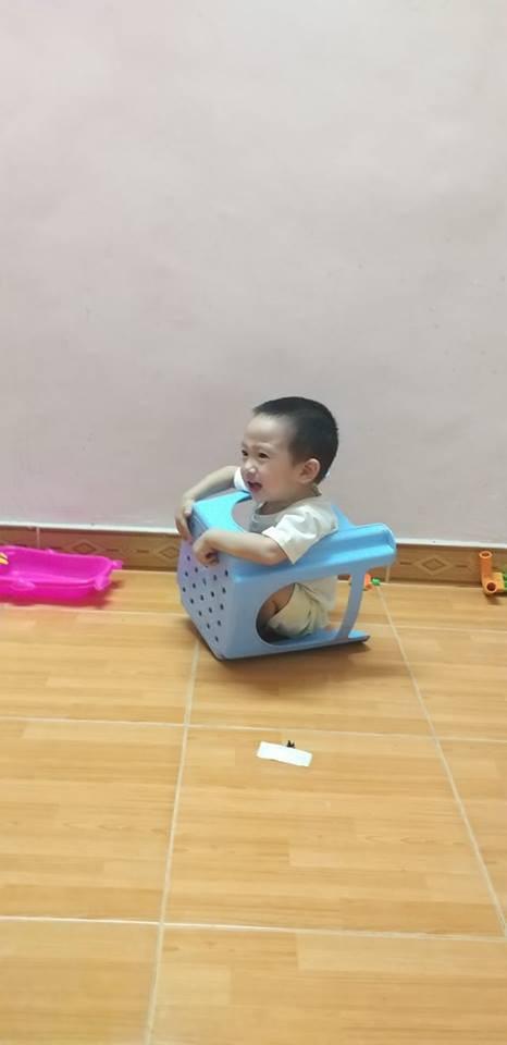 Vừa đi đánh răng ra đã thấy con mất tích, mẹ trẻ không nhịn nổi cười khi phát hiện việc bé đang làm