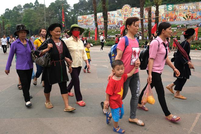 [Ảnh] Nhiều trẻ nhỏ lạc cha mẹ, hoảng sợ giữa biển người đổ về Lễ hội Đền Hùng