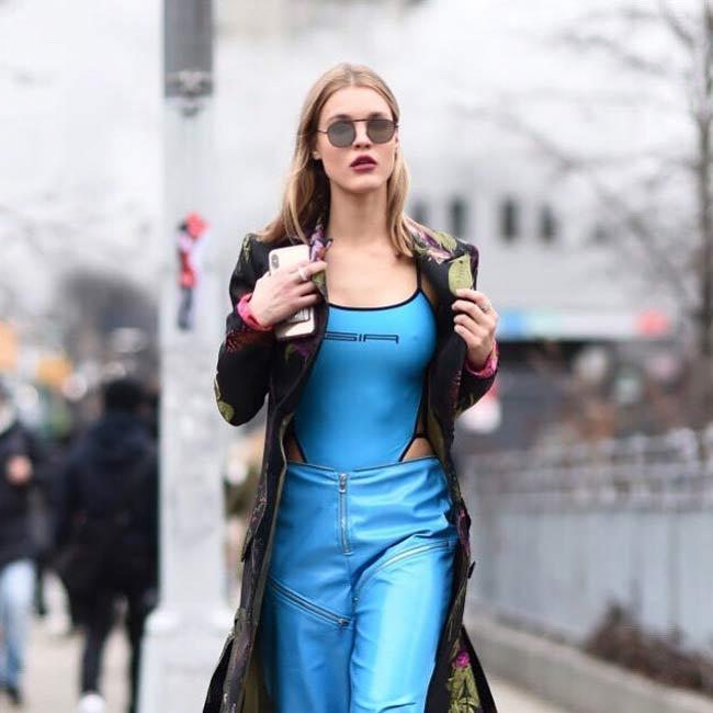 'Nữ thần Ái Tình' khiến người xung quanh bỏng mắt vì mặc táo bạo nơi công cộng - 13