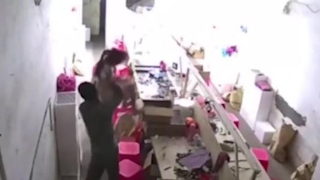 Bố thẳng tay ném con xuống đất vì dám... can mình đánh vợ