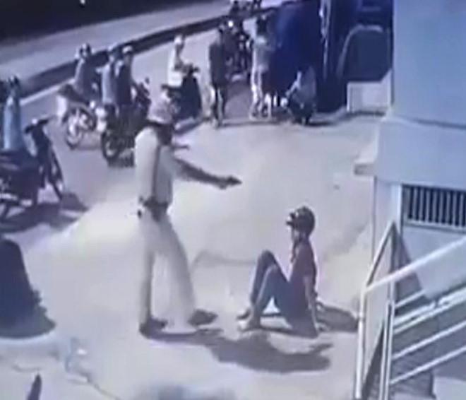 CSGT đá thẳng mặt 2 thanh niên sau vụ tông xe ở Sài Gòn