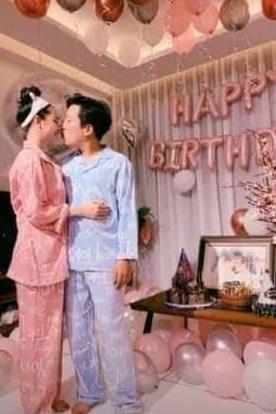 Trường Giang mặc đồ ngủ, ôm hôn Nhã Phương ở tiệc sinh nhật 36 tuổi
