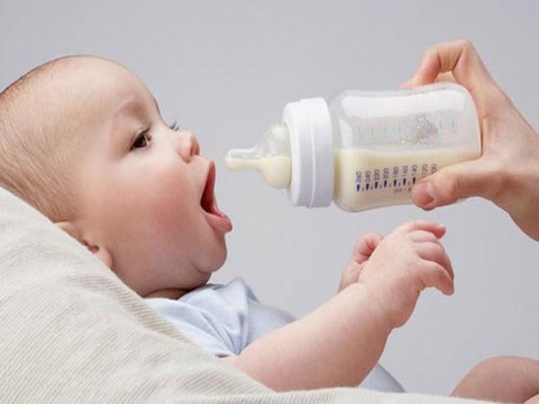 Ông bố trẻ cứu con thoát chết trong gang tấc và cảnh báo cực quan trọng tới bố mẹ khi cho con ăn uống