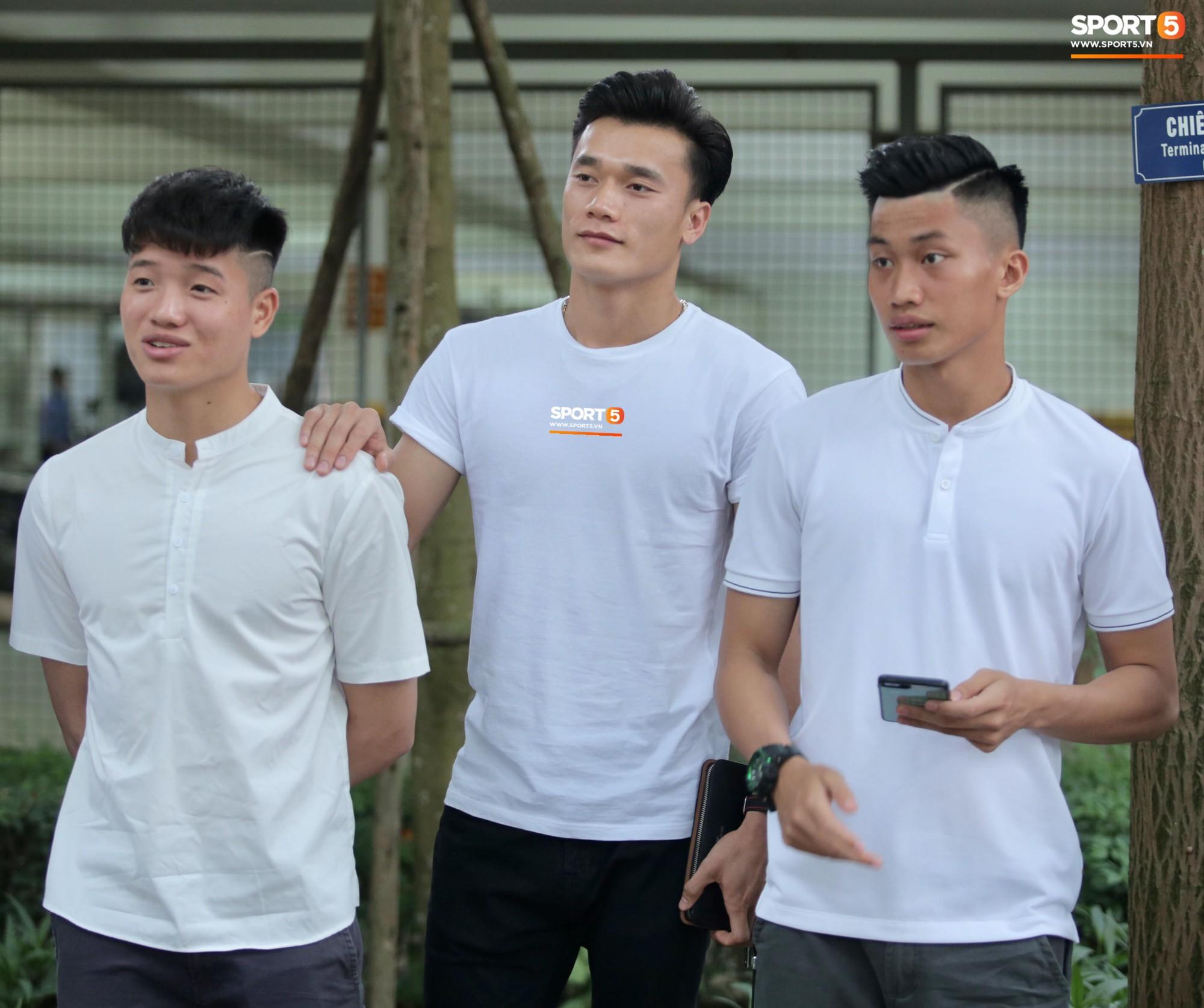 Dàn sao Hà Nội FC hóa soái ca áo trắng đến dự lễ cưới Hùng Dũng