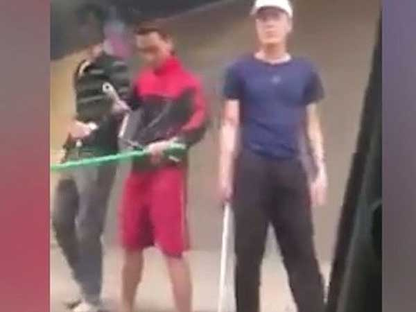 Kinh hoàng cảnh gần chục thanh niên dùng dao, kiếm truy sát nhau trên đường