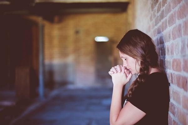 Vô tình bắt gặp vợ thắp hương khấn vái trên sân thượng, tôi choáng váng khi biết mình đã gây ra tội lỗi tày đình