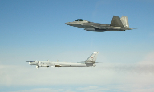Mỹ điều tiêm kích chặn 6 máy bay Nga gần không phận