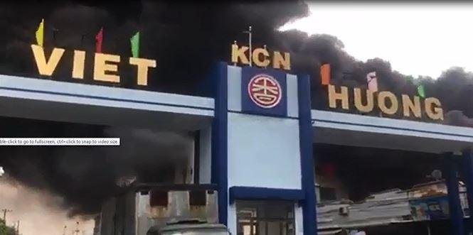 Hiện trường vụ cháy công ty ở Bình Dương: Lửa khói cuồn cuộn cao hàng chục mét - 1