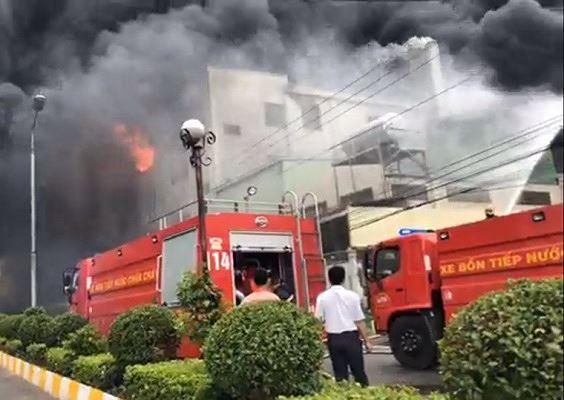 Hiện trường vụ cháy công ty ở Bình Dương: Lửa khói cuồn cuộn cao hàng chục mét - 4