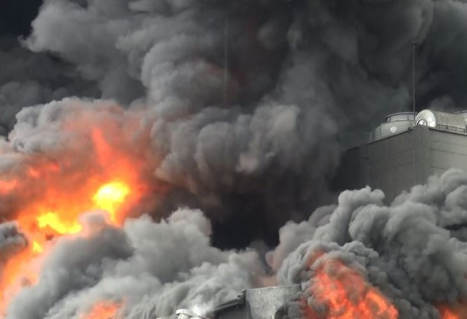 Hiện trường vụ cháy công ty ở Bình Dương: Lửa khói cuồn cuộn cao hàng chục mét - 6