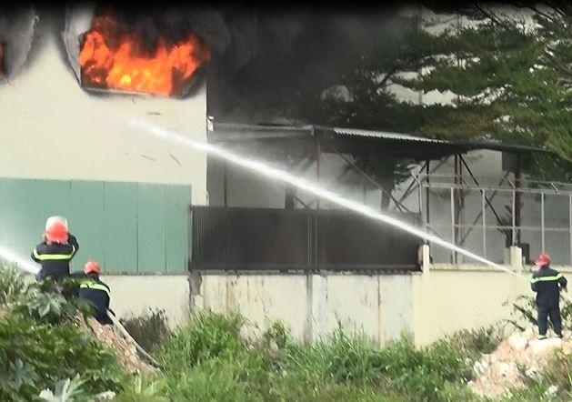 Hiện trường vụ cháy công ty ở Bình Dương: Lửa khói cuồn cuộn cao hàng chục mét - 9