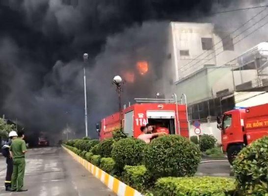 Hiện trường vụ cháy công ty ở Bình Dương: Lửa khói cuồn cuộn cao hàng chục mét
