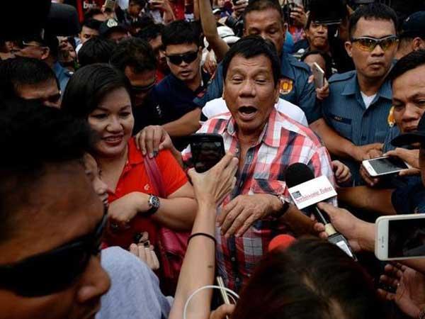TT Duterte ra lệnh đổ rác xuống vùng lãnh hải 'bất kỳ' của Canada