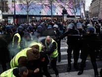 Phe 'áo gile vàng' Pháp biểu tình, tháp Eiffel chìm trong khói đen