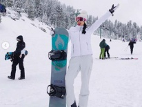 Đi trượt tuyết đón Tết xa nhà, Phạm Hương lại bị soi 'bệnh tuyến giáp'