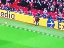 CĐV tinh mắt phát hiện 'người hùng vô danh' ít ai ngờ đến trong chiến thắng lịch sử của Liverpool