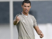 Video: Ronaldo solo ghi bàn từ giữa sân trong buổi tập của Juventus
